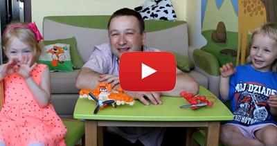Dzieci z Pasją bawią się klockami kukurydzianymi Funmais. Budują samoloty z bajki Disney.